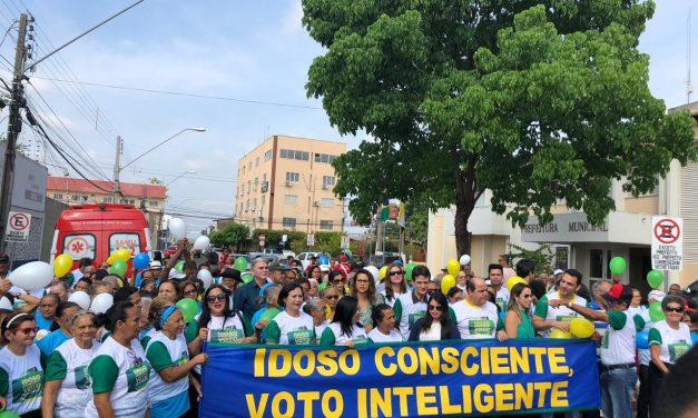 Idosos fazem caminhada em incentivo ao voto consciente