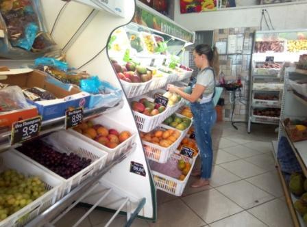 Comerciantes oferecem compras on-line e entrega em domicílio para atrair clientes