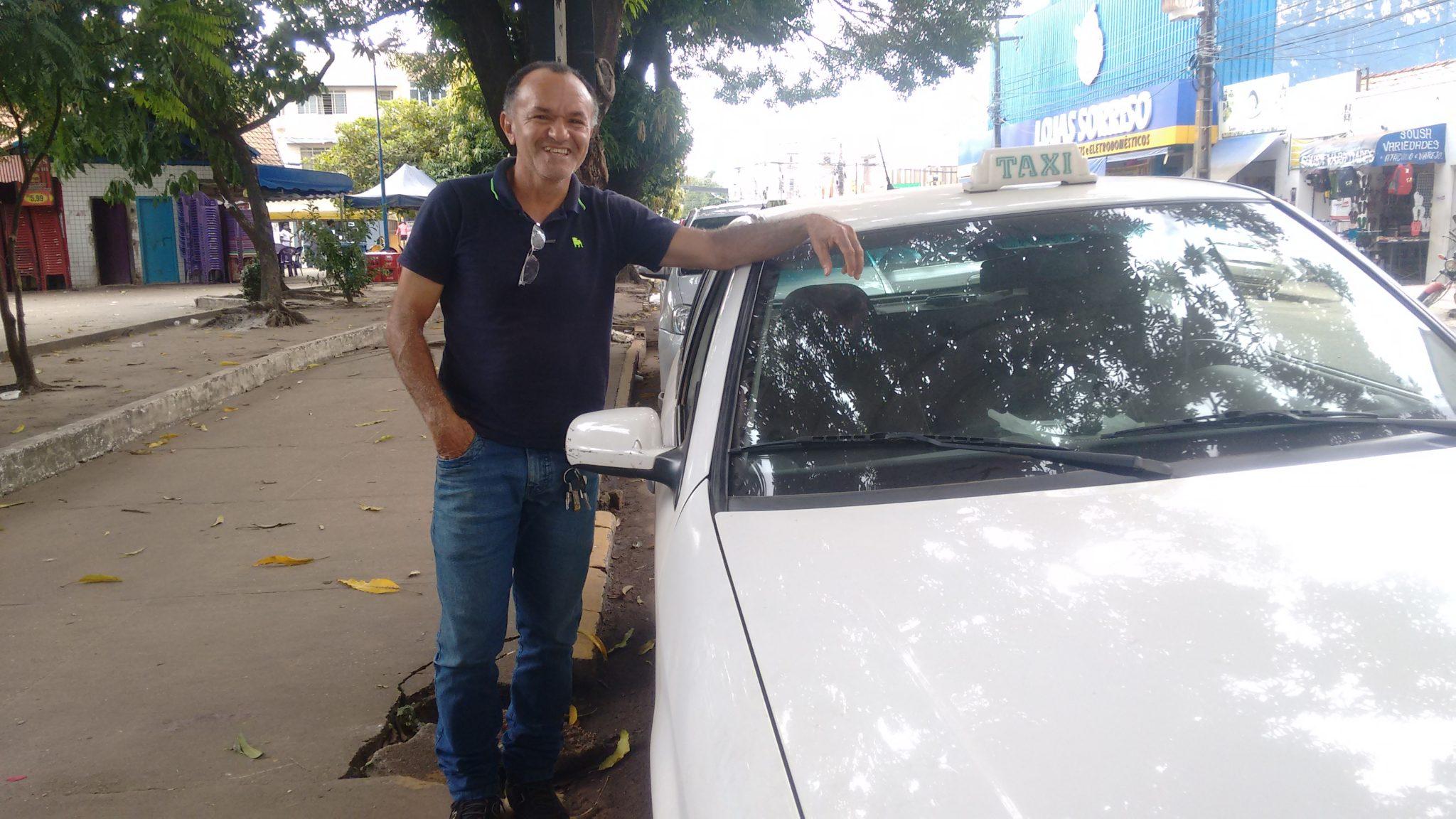 """""""Eu sei cativar meus clientes"""", afirma o taxista Alberto. Foto: Evellyn Lima."""