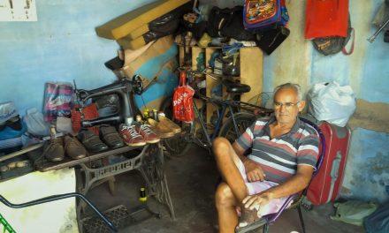 Lista apresenta opções de sapateiros que consertam e produzem calçados na cidade