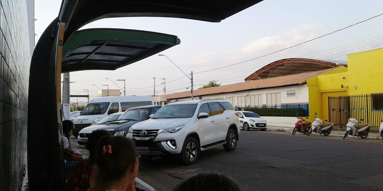 Estacionamento em fila dupla frente a colégio causa transtornos no trânsito de Imperatriz