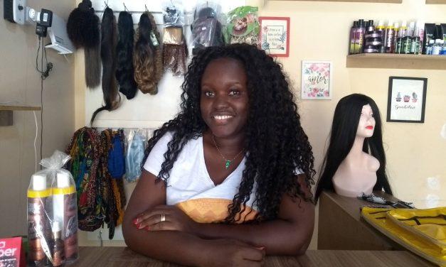 """""""Eu vim sentir preconceito aqui no Brasil, eu não sabia o que era preconceito"""", diz africana Dilena Baldé"""