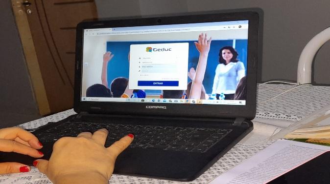 Tela de notebook exibe site usado para aulas on-line.