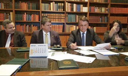 Em live, Bolsonaro crítica a Petrobras e retira impostos federais do diesel por 2 meses