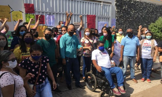 Profissionais da educação municipal protestam em frente a prefeitura de Imperatriz