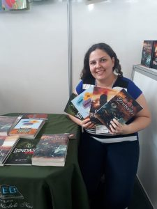Escritora Mirna Micheli Nesi no Stand do GAEB